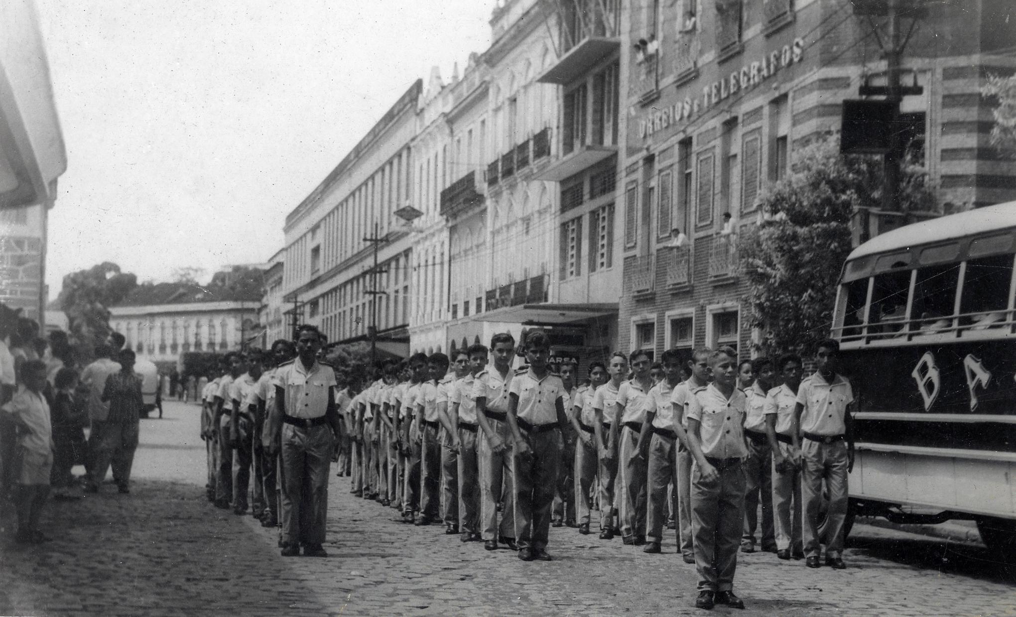 Desfile escolar na Avenida Eduardo Ribeiro - Instituto Durango Duarte