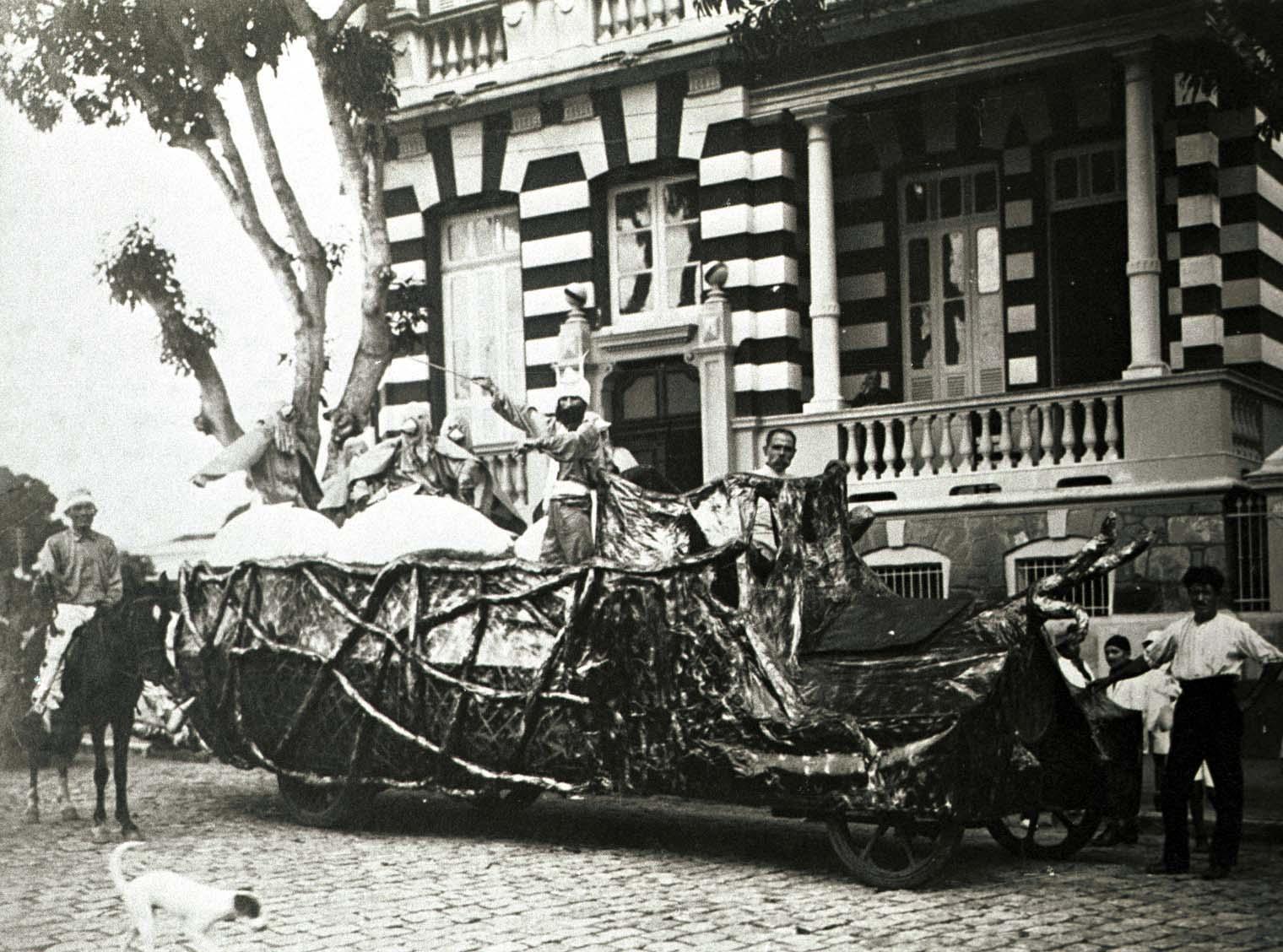 Carro alegórico na Eduardo Ribeiro com a Monsenhor Coutinho - IDD