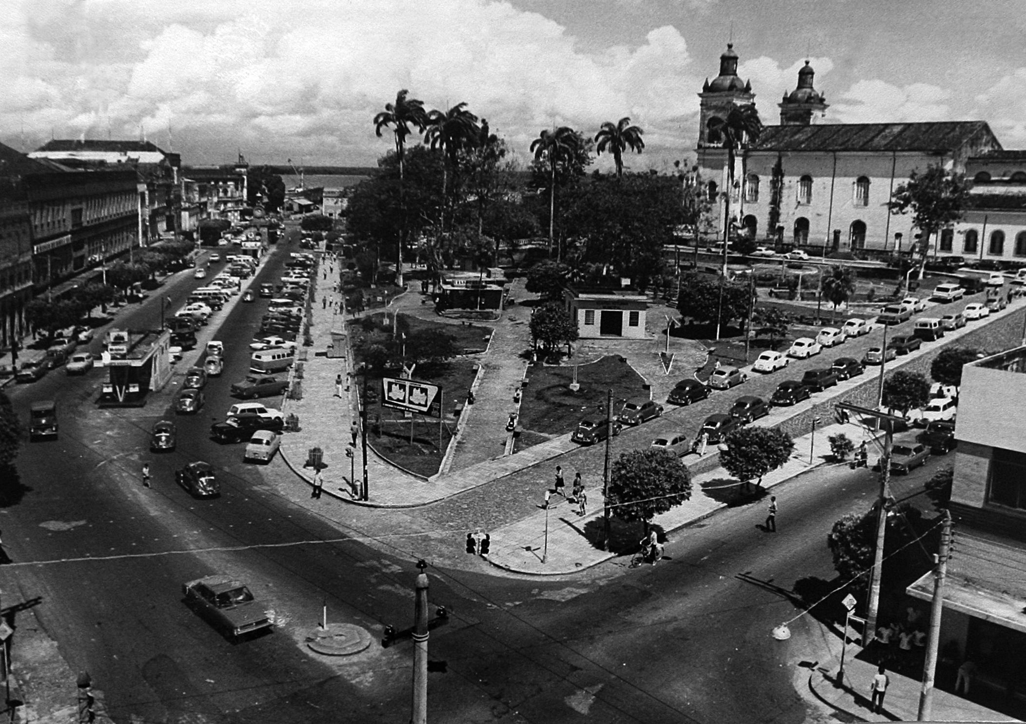 Vista do estacionamento da Igreja Matriz em Manaus