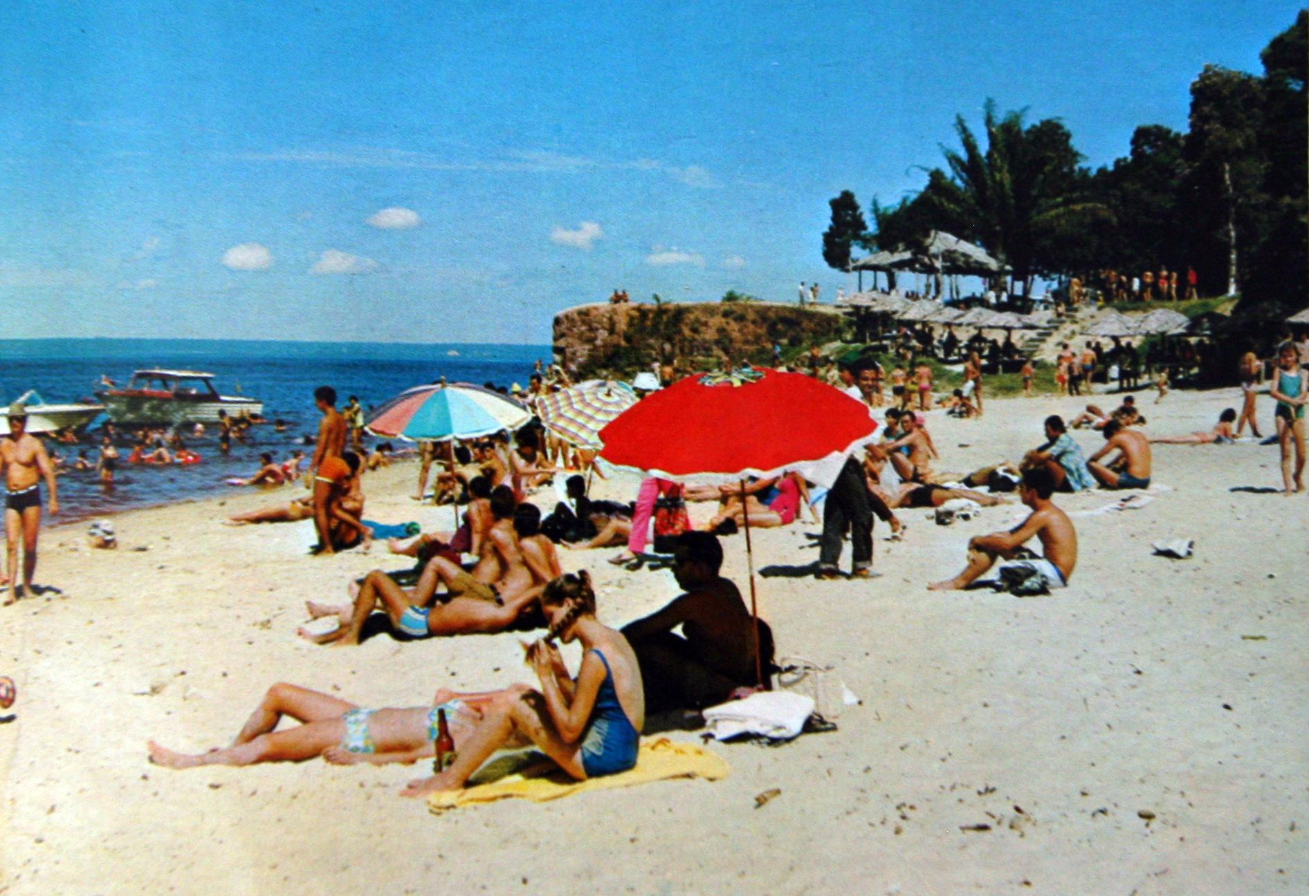 Cartão-postal, colorido, da praia da Ponta Negra