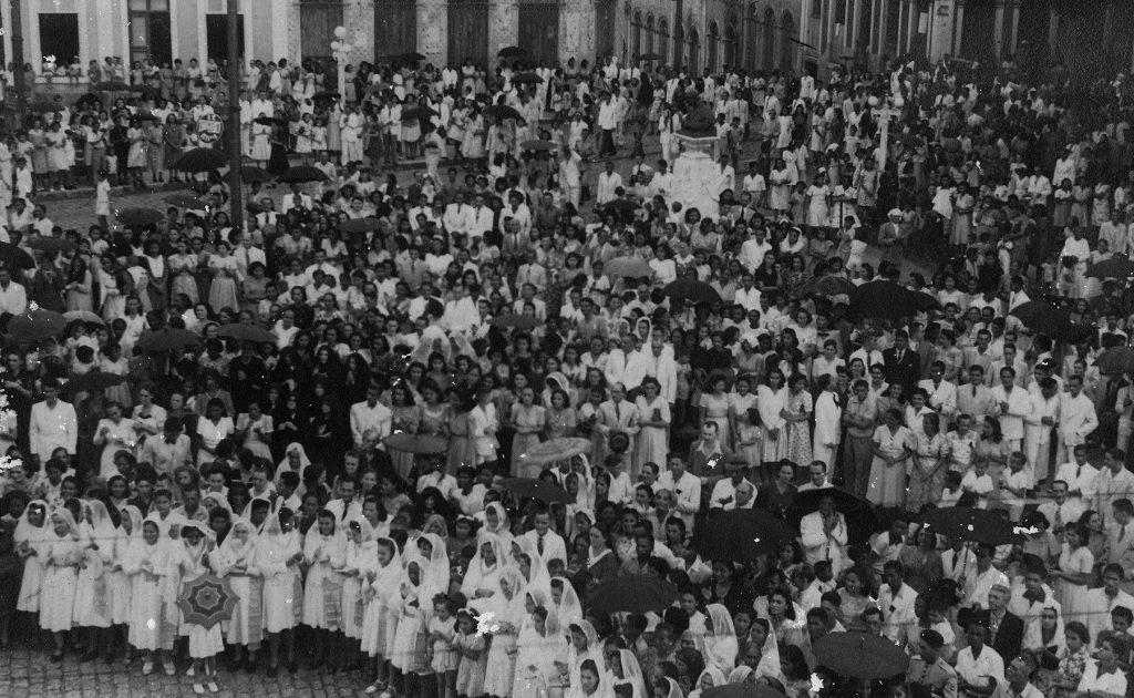 Concentração de fiéis em frente à Igreja Dom Bosco