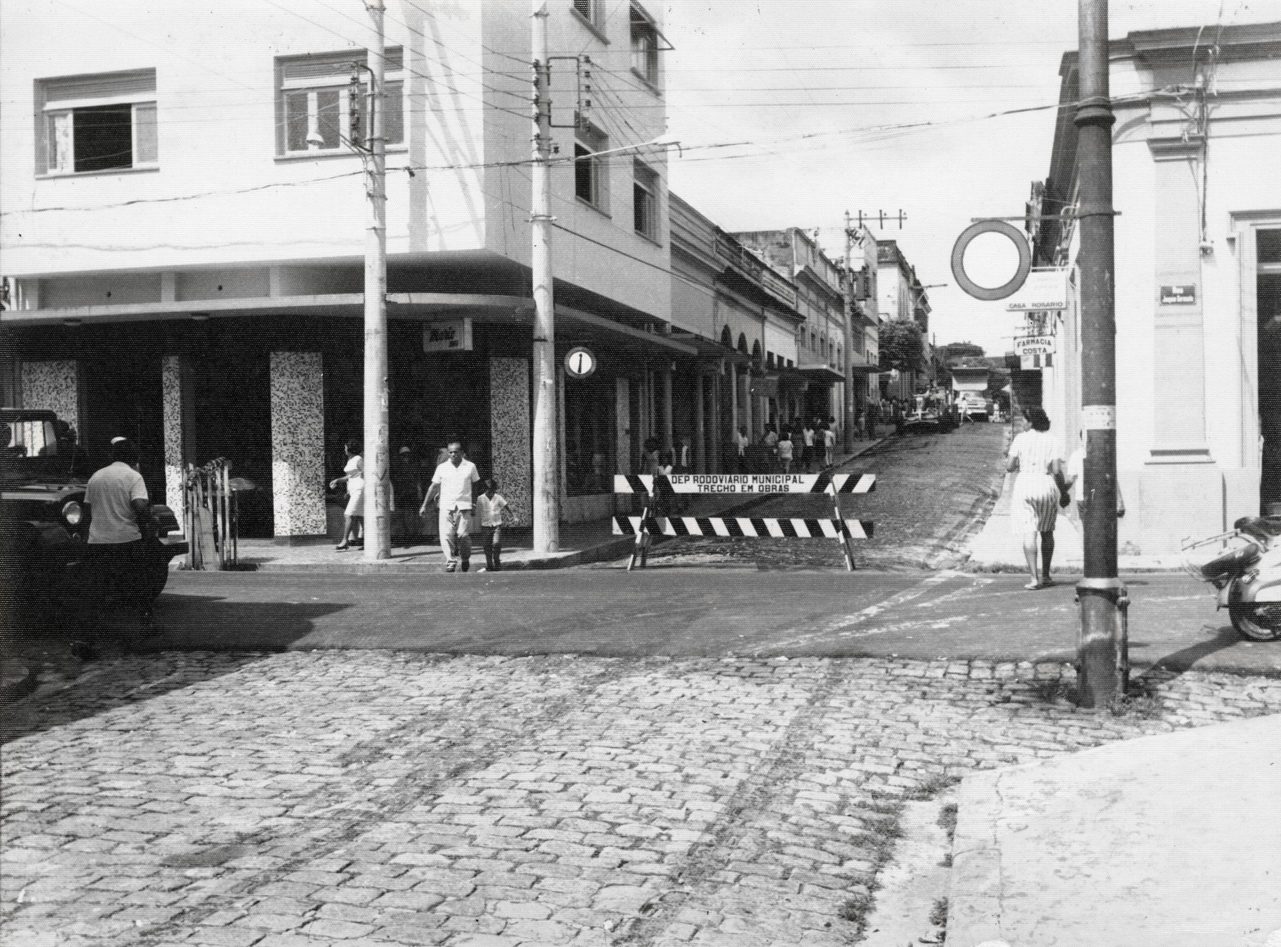 Rua Henrique Martins com seus paralelepípedos em obras - IDD