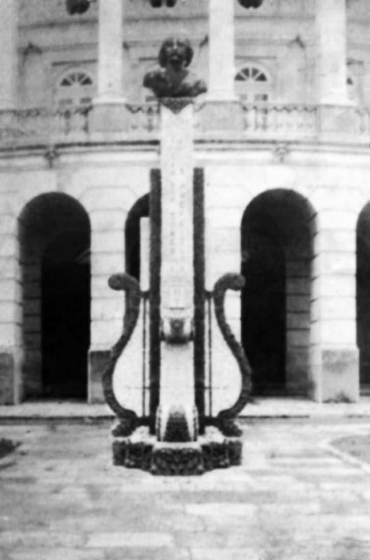 Busto de Carlos Gomes sobre a harpa