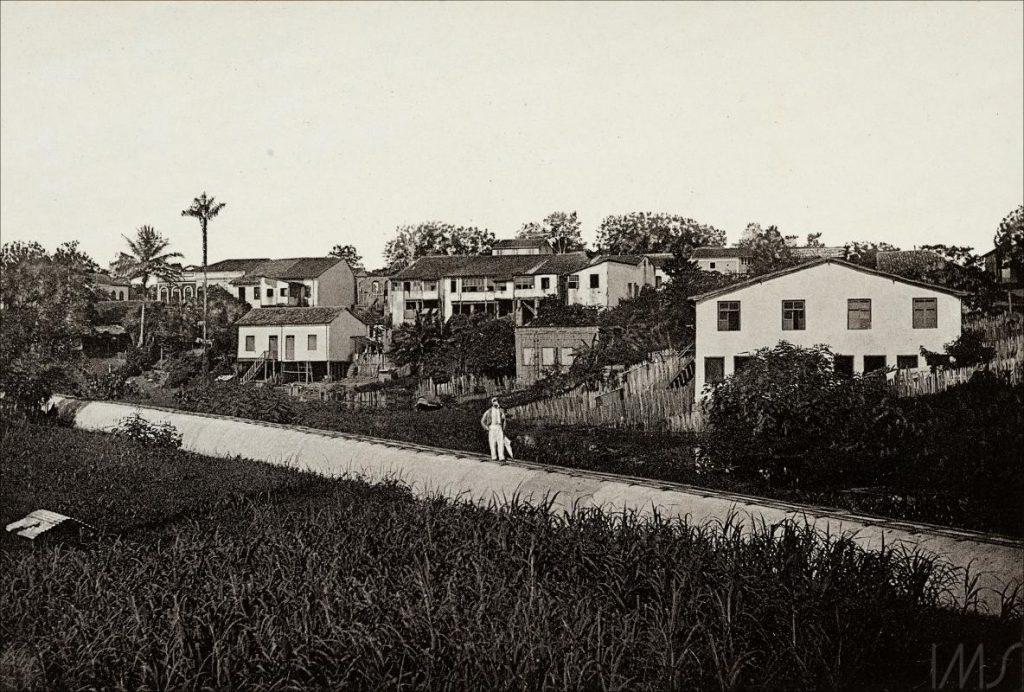 Casas à beira do Igarapé do Espírito Santo