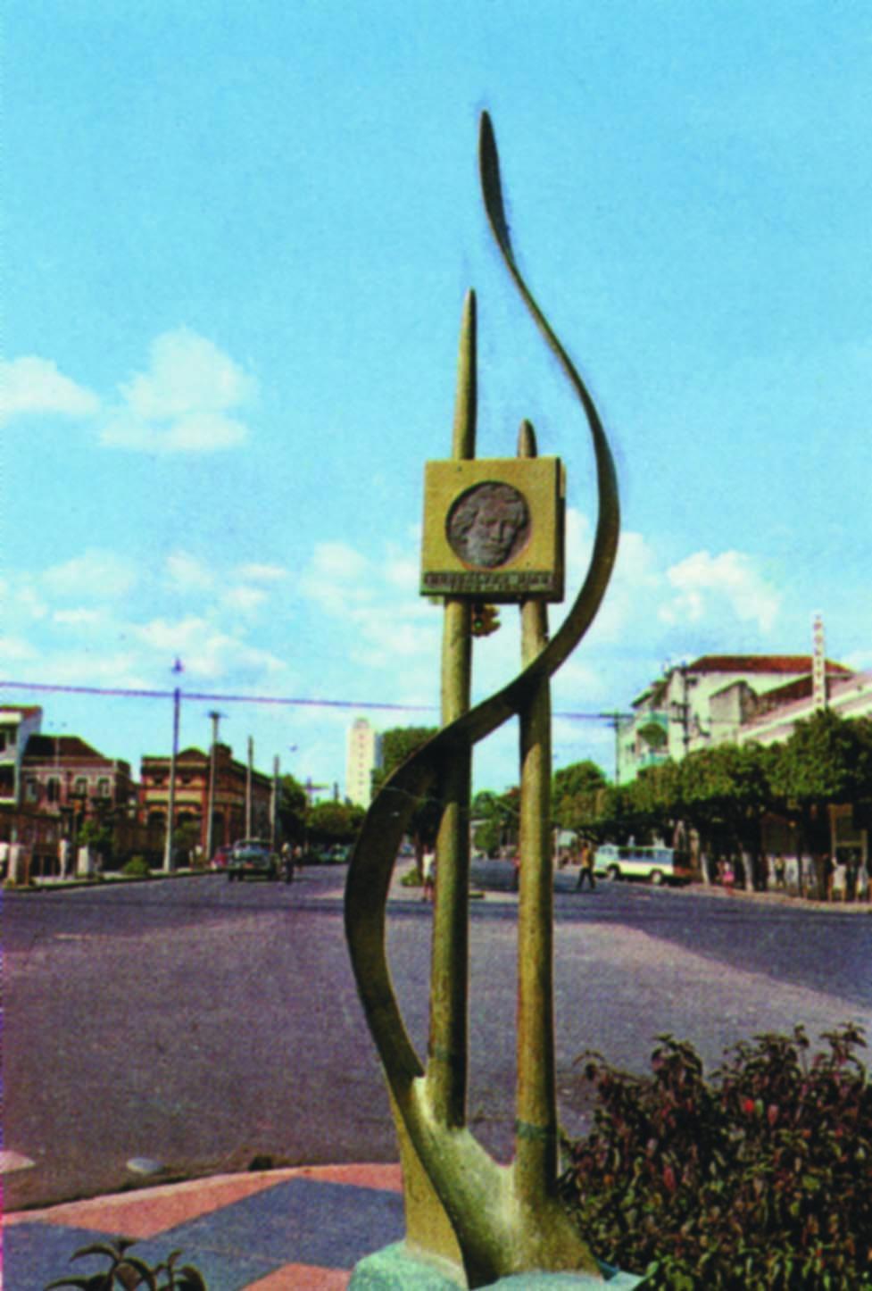 Escultura na Praça Gonçalves Dias