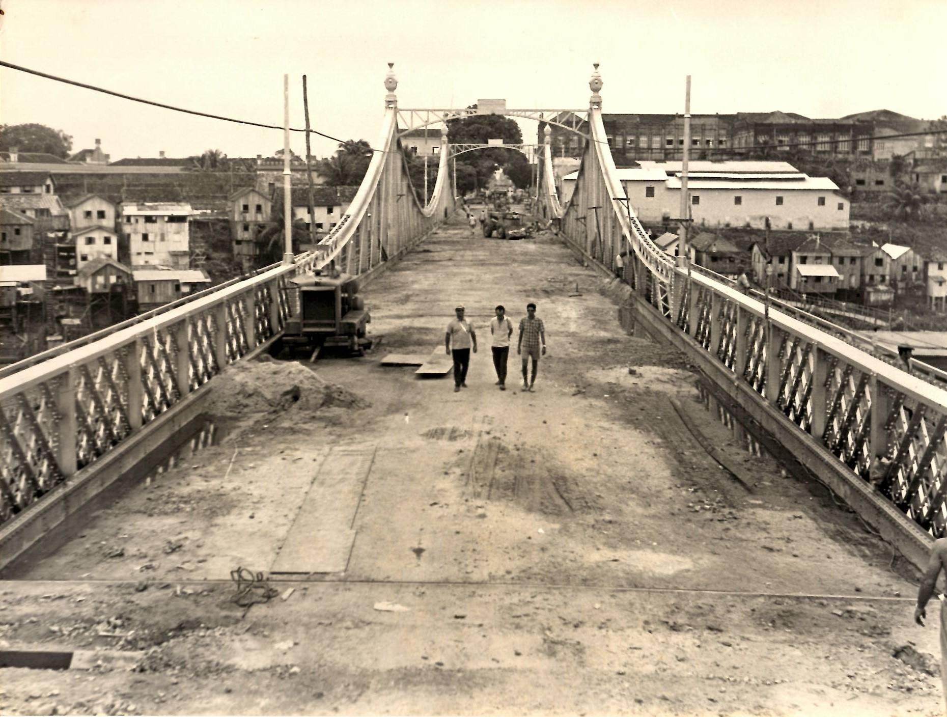 Pessoas na Ponte Benjamin Constant - Instituto Durango Duarte