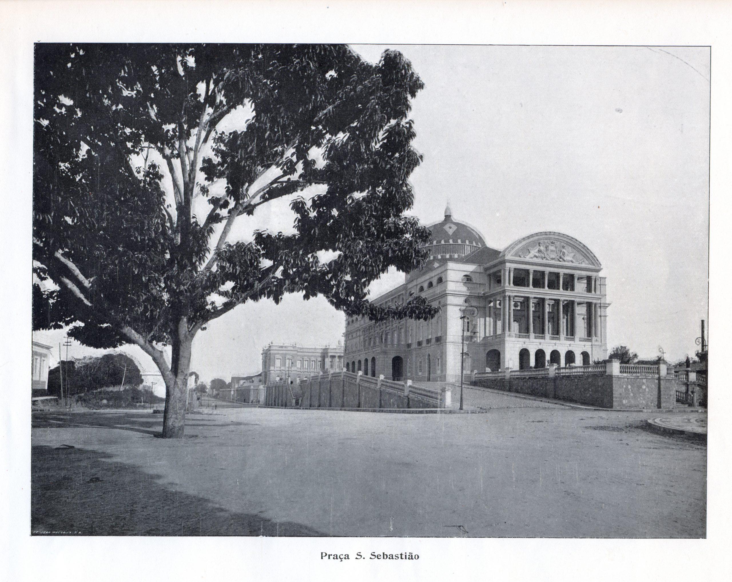 A Praça São Sebastião e a vista para o Teatro
