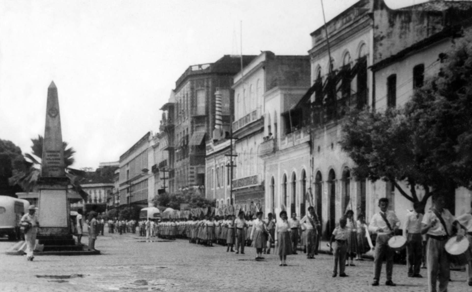 Vista do Obelisco na avenida Eduardo Ribeiro