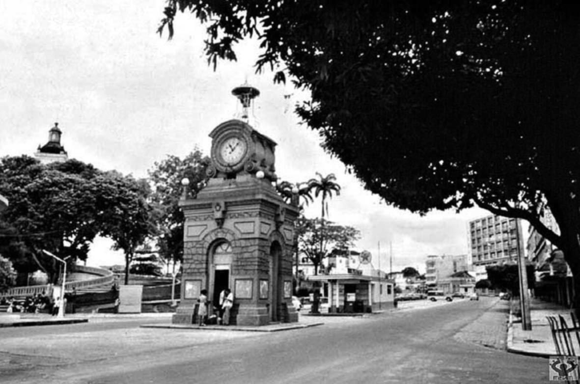Vista do Relógio Municipal na Avenida Eduardo Ribeiro
