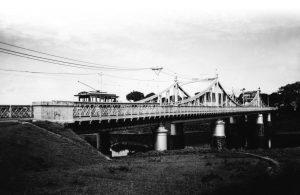Bonde passando pela Ponte de Ferro Benjamin Constant